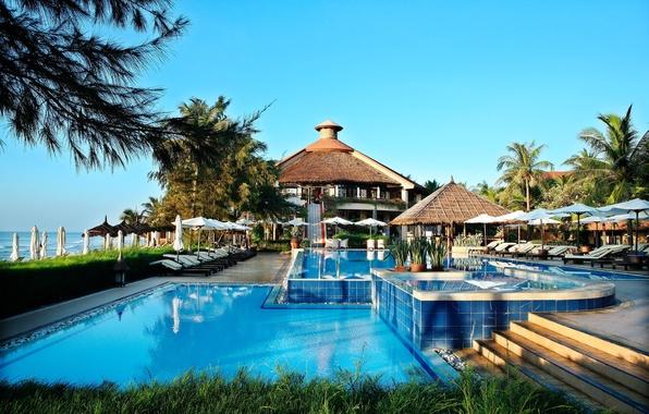 Картинка море, дом, пальмы, бассейн, кресла, джакузи, архитектура, pool, лежаки, interior, столики.