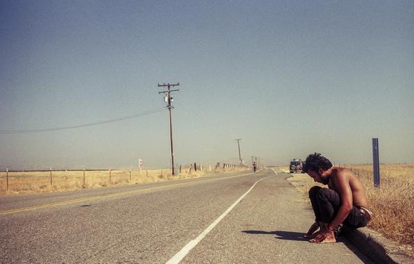 Картинка дорога, поле, машина, небо, тень, мужчины, линия электропередачи