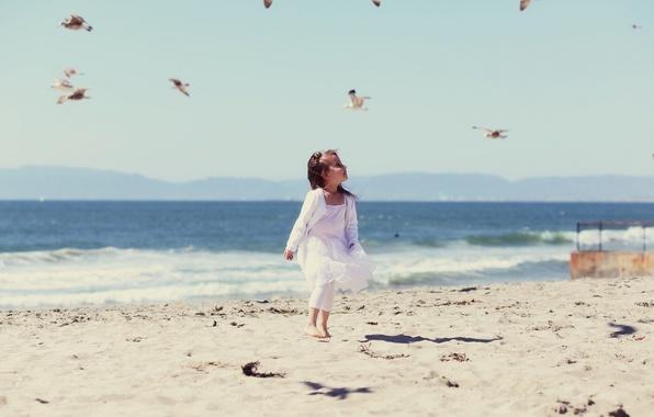 Картинка песок, море, пляж, вода, птицы, следы, дети, фон, ветер, widescreen, обои, настроения, волна, девочка, wallpaper, …