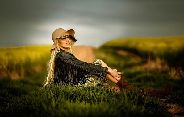 Картинка поле, девушка, поза, стиль, модель, шляпа, очки, джинсовка
