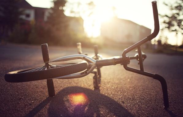 Картинка асфальт, солнце, велосипед, фон, земля, widescreen, обои, настроения, колесо, руль, wallpaper, bicycle, широкоформатные, background, полноэкранные, ...