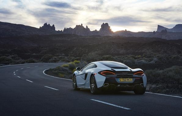 Картинка car, авто, небо, McLaren, wallpaper, white, вид сзади, road, sky, beautiful, 570GT