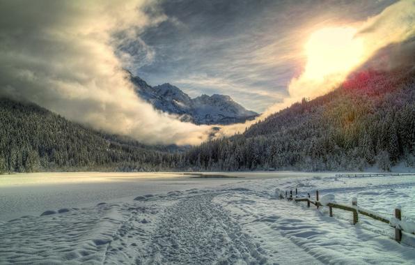 Картинка зима, дорога, лес, снег, горы, следы, озеро, забор