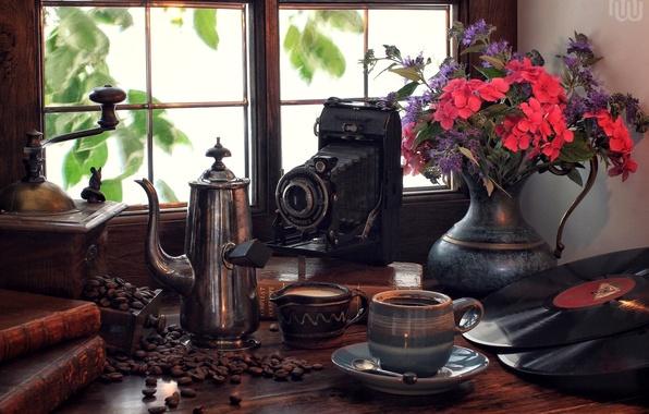 Картинка цветы, ретро, книги, кофе, букет, окно, фотоаппарат, винил, натюрморт, пластинки, кофемолка, кофейник