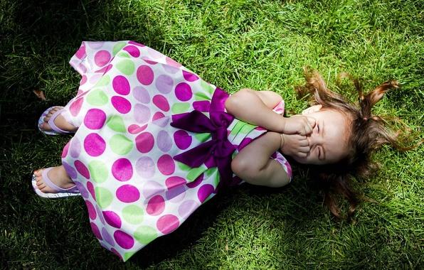 Картинка трава, газон, тень, платье, девочка, лежит, смеется