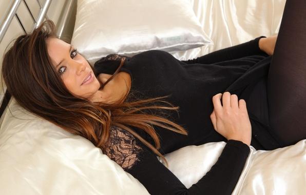 Картинка взгляд, девушка, лицо, модель, кровать, подушки, шатенка, Louisa Marie, британка