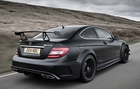 Картинка дорога, небо, чёрный, Mercedes-Benz, Мерседес, суперкар, вид сзади, AMG, Coupe, амг, ц63, Black Series, C63, …