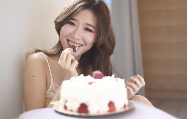 Картинка девушка, лицо, наслаждение, волосы, клубника, торт