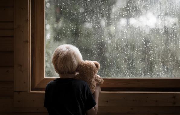 Картинка мальчик, окно, мишка
