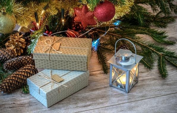 Картинка украшения, праздник, доски, новый год, рождество, свеча, фонарик, фонарь, подарки, хвоя, шишки, коробки, ёлочные игрушки, …