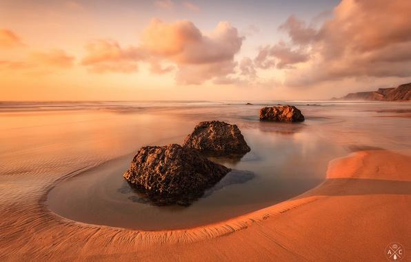 Картинка пляж, небо, вода, облака, камни, Португалия