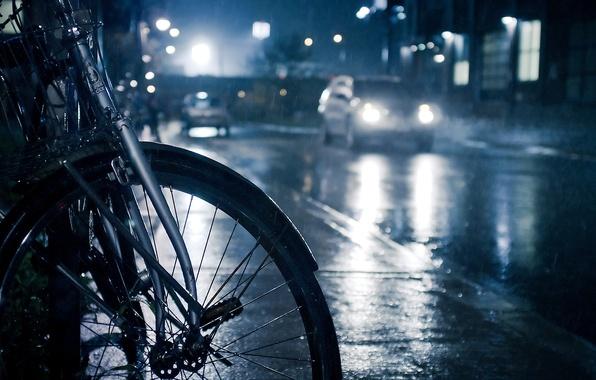 Картинка дорога, капли, машины, ночь, велосипед, огни, фото, дождь, обои, лужи, тротуар, ливень, разное