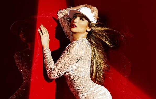Картинка красный, поза, отражение, тень, платье, актриса, освещение, певица, кепка, Jennifer Lopez, сеточка, знаменитость, в белом, ...