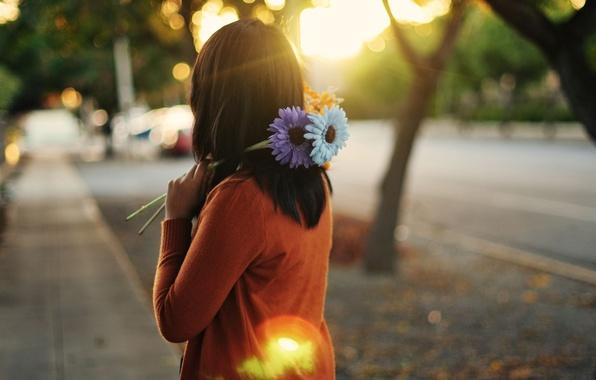 Картинка фиолетовый, девушка, солнце, лучи, цветы, оранжевый, город, фон, голубой, widescreen, обои, улица, настроения, брюнетка, wallpaper, ...