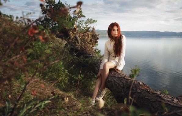 Картинка лето, трава, девушка, деревья, горы, задумчивость, природа, озеро, обрыв, настроение, узоры, милая, одежда, кеды, портрет, …