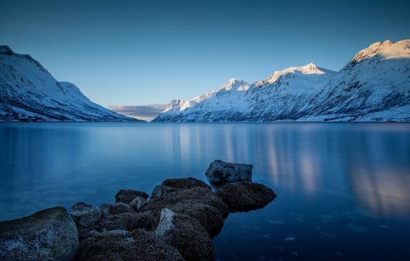 Картинка зима, снег, пейзаж, горы, природа, озеро, камни, берег
