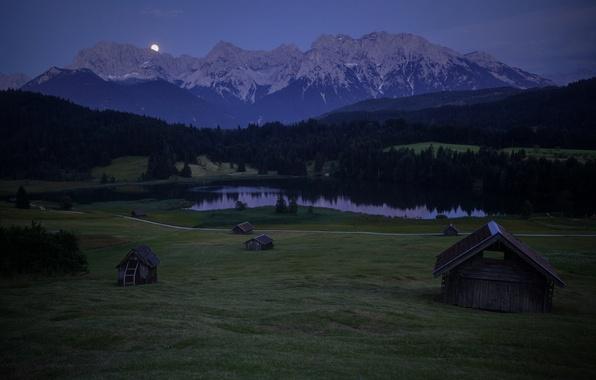 Картинка лес, небо, деревья, горы, ночь, холмы, луна, поляна, Германия, Бавария, Альпы, домики, синее, Карвендель
