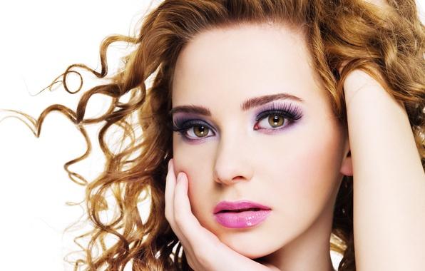 Картинка белый, глаза, взгляд, девушка, ресницы, фон, волосы, рука, макияж, кудри