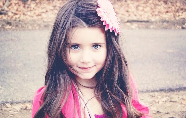 Картинка цветок, взгляд, дети, лицо, улыбка, фон, розовый, обои, настроения, волосы, брюнетка, девочка, украшение, разное, широкоформатные, …