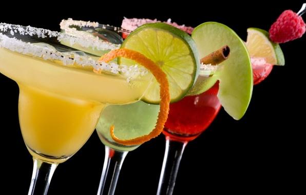 Картинка ягоды, малина, темный фон, яблоко, бокалы, лайм, фрукты, корица, коктейли