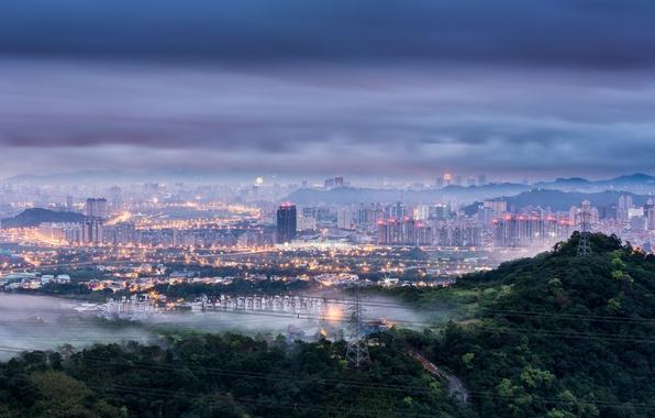 Картинка небо, деревья, тучи, город, огни, туман, рассвет, холмы, провода, вид, высота, утро, освещение, панорама, Китай, …