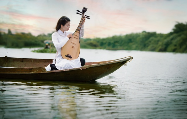 Фото обои азиатка, музыка, девушка, лодка, водоем, инструмент