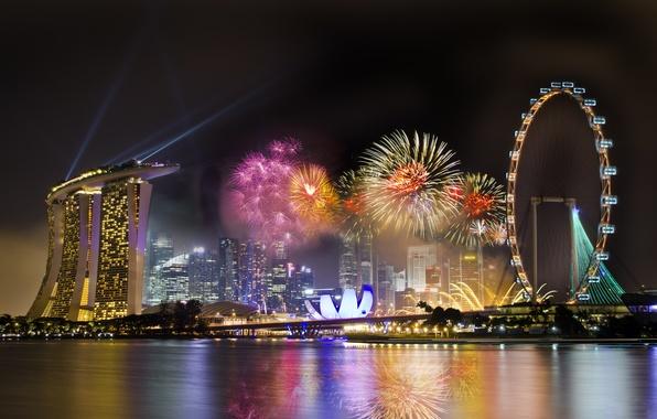Картинка небо, ночь, город, праздник, колесо, Сингапур, отель, фейерверки, обозрения, Singapore, салюты