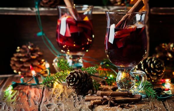 Картинка праздник, доски, новый год, рождество, бокалы, ёлка, напиток, хвоя, лампочки, шишки, специи, глинтвейн