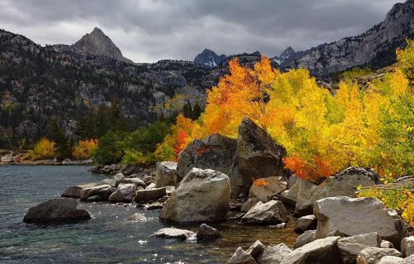 Картинка осень, небо, деревья, горы, тучи, озеро, камни