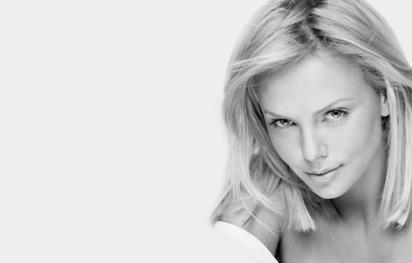 Картинка взгляд, девушка, лицо, улыбка, фон, Charlize Theron, волосы, ч/б, актриса, красотка, Шарлиз Терон, чёрнобелое