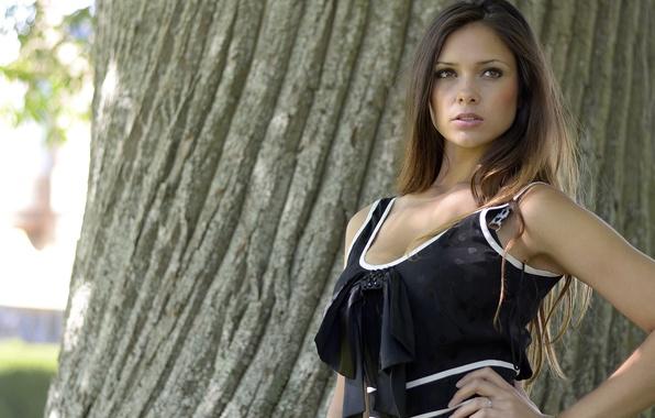 Картинка девушка, поза, дерево, модель, шатенка, красотка, Louisa Marie