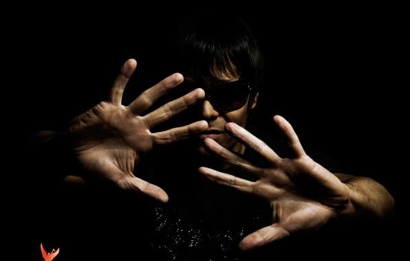 Картинка темнота, музыка, черный, руки, trance, очки, house, музыкант, ладонь, транс, Мэтт Дэрэй, теммный фон, music …