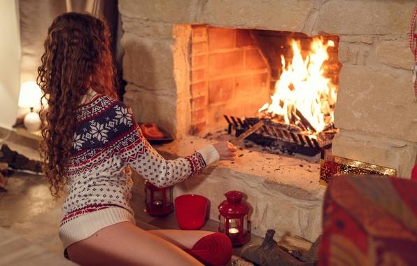 Картинка девушка, огонь, новый год, вечер, свечи, камин, подготовка