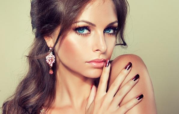 Картинка глаза, взгляд, девушка, улыбка, серьги, макияж, голубые, girl, blue eyes, маникюр, manicure, make-up, earrings, a …