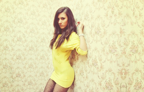 Картинка Девушка, Взгляд, Стена, Girl, Волосы, Обои, Платье, Желтое, Beautiful, Wall, Wallpaper, Yellow, Eyes, Красивая, Hair, …