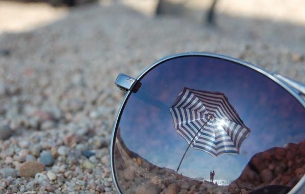 Картинка пляж, стекло, макро, отражение, зонт, очки