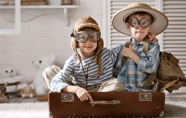 Картинка дети, игра, игрушки, шляпа, очки, чемодан, рюкзак, мишки