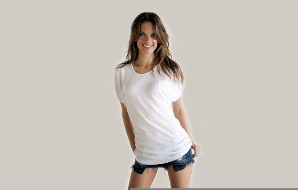 Картинка девушка, лицо, улыбка, фон, модель, тело, шорты, фигура, Alessandra Ambrosio, красотка, Алессандра Амброзио, Victoria's Secret …