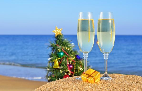 Картинка песок, море, пляж, океан, праздник, подарок, игрушки, новый год, рождество, бокалы, ёлка, christmas, new year