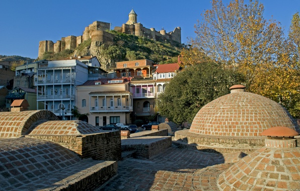 Картинка деревья, гора, дома, крепость, солнечно, Грузия, Тбилиси, Tbilisi, Мцатминда, храм Святого Николая, Нарикала