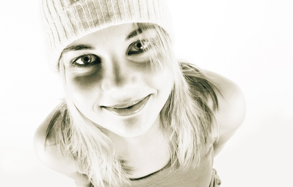 Картинка взгляд, девушка, улыбка, стиль, черно-белый, настроения, шапка, позитив, красивая, веселый, светловолосая, фото-обоина.