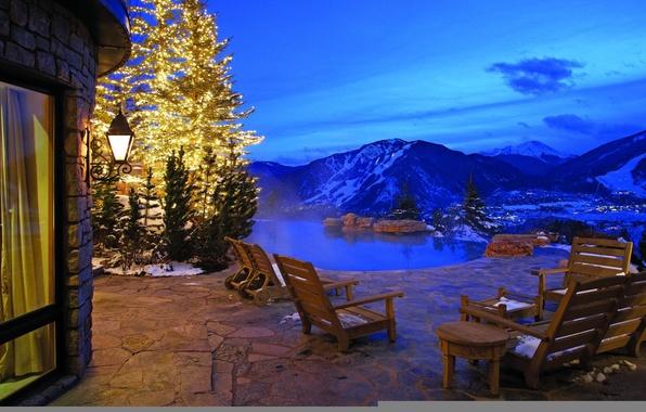 Картинка зима, вода, снег, горы, природа, огни, дом, мебель, вилла, вечер, бассейн, фонарь, ёлка, отель, веранда, …