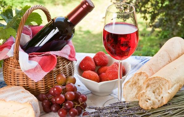 Картинка ягоды, вино, красное, корзина, бокал, бутылка, сыр, клубника, хлеб, виноград, лаванда, батон