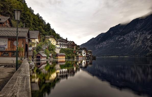 Картинка горы, озеро, отражение, дома, Австрия, Альпы, фонарь, набережная, Austria, Hallstatt, Alps, Гальштатское озеро, Гальштат, Lake …