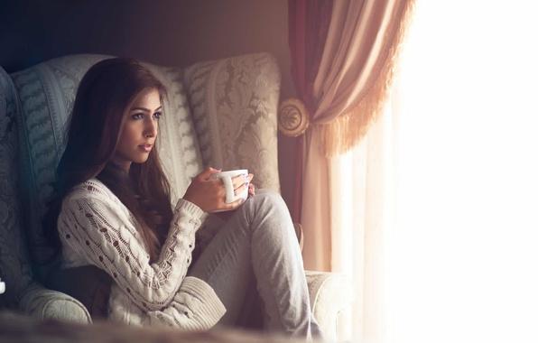 Картинка девушка, уют, комната, кресло, окно, кружка, занавески