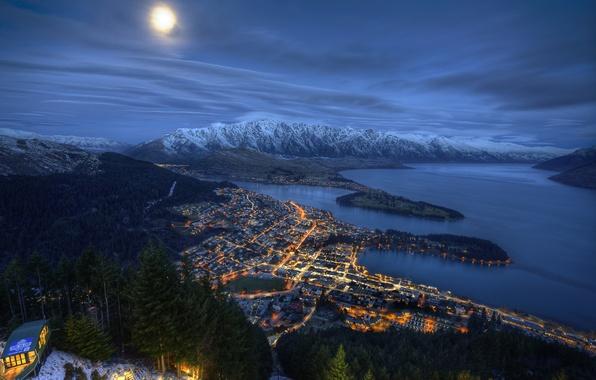 Картинка море, небо, облака, горы, ночь, город, огни, Луна