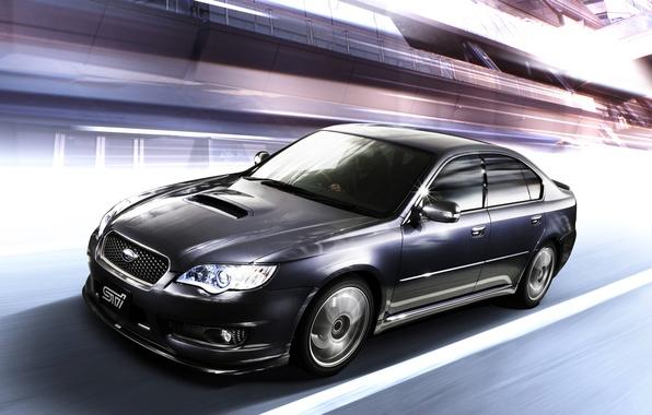 Картинка движение, скорость, Subaru, оптика, диски, STI, Legacy, динамика, решетка радиатора, турбо, темно-синий, спортивный седан