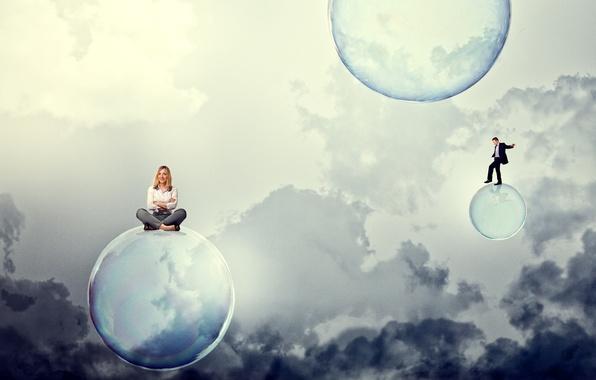 Картинка небо, девушка, облака, улыбка, мыльные пузыри, блондинка, парень