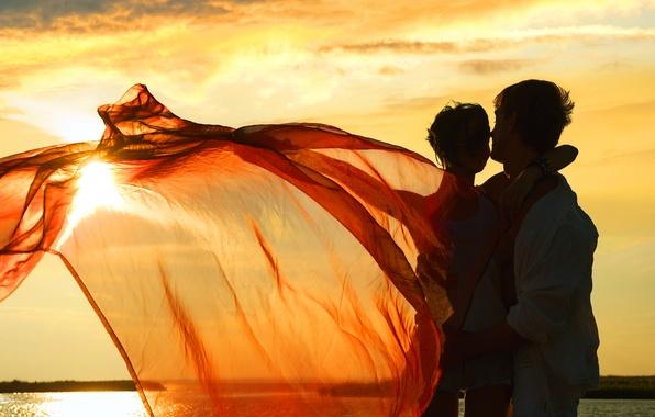 Картинка девушка, радость, закат, озеро, ветер, ткань, браслет, парень