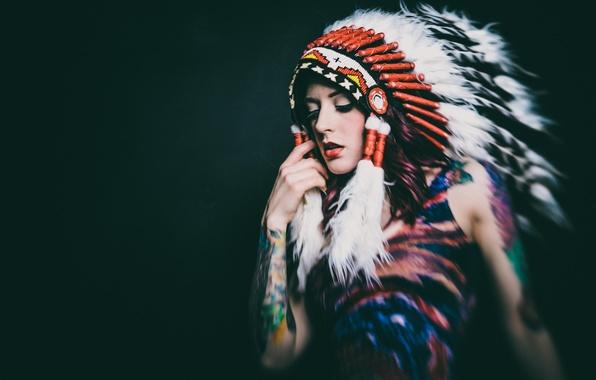 Картинка девушка, лицо, фон, перья, головной убор